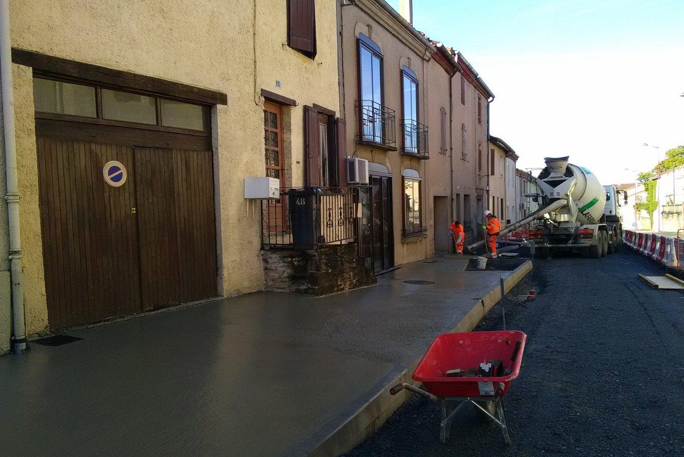 Les toupies livrent le béton pour remplir les trottoirs au niveau des bordures